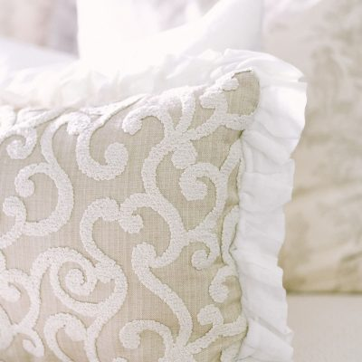 TOP TIPS FOR ARRANGING PILLOWS ON YOUR BED FOR FUNCTION & DECOR