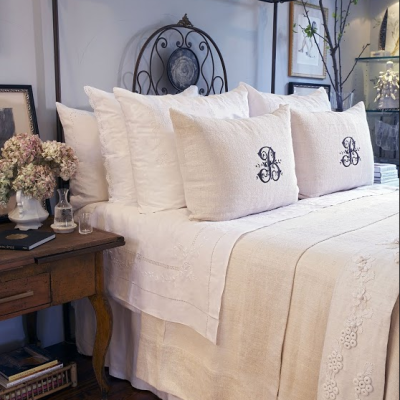 TOP TIPS FOR ARRANGING YOUR BED PILLOWS FOR FUNCTION + DECORATION