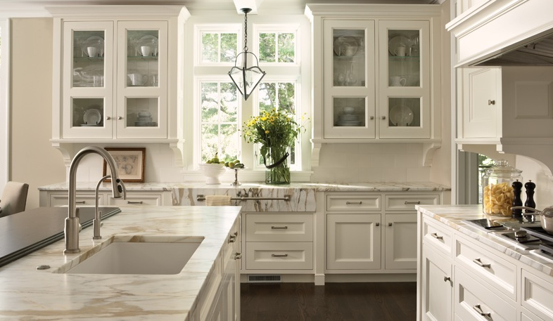 Benjamin Moore's *Simply White* used on the kitchen cabinets || Kitchen design: www.casaverdedesign.com