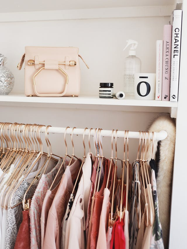 How to organize your closet, beautiful hangars. See more tips on how to organize your closet on the blog