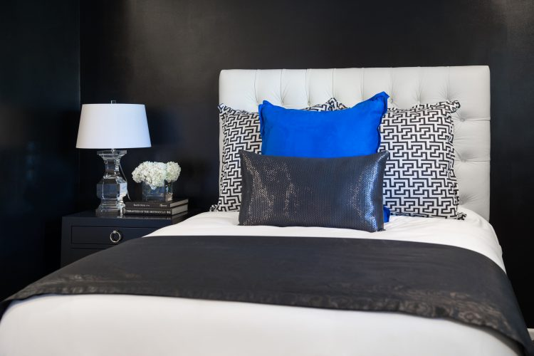 How to Arrange Pillows on your bed utilizing headboards